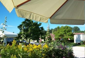 parc de 23 ha, comprenant camping, motel, restaurant, chalets, jeux d'enfants,piscine, etang de peche, a la campagne
